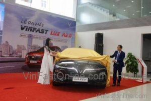 Ông Phan Thanh Hải, giám đốc kinh doanh và người đẹp Nguyễn Thảo Vy, Á khôi Sinh viên Việt Nam 2018 cùng giới thiệu mẫu xe VinFast Lux A2.0 tới toàn thể khách mời