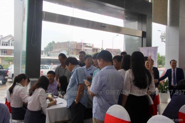 Khách hàng đăng ký mã số quay trúng thưởng tại bàn lễ tân
