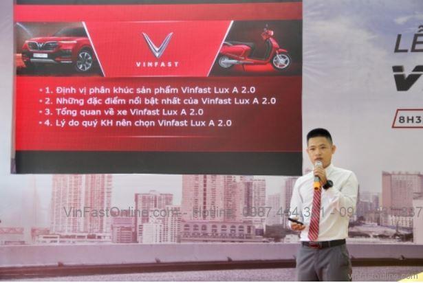 Ông Võ Minh Ý, trưởng phòng kinh doanh giới thiệu về thiết kế và các tính năng của VinFast Lux A2.0