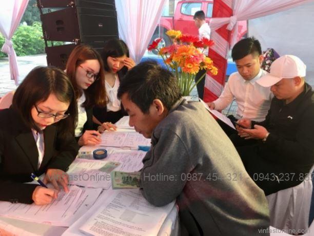 Khách hàng ký hợp đồng và đặt cọc mua xe VinFast tại buổi lễ mở bán chính thức