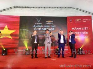 Ban lãnh đạo đại lý Chevrolet Vinh khui champagne mừng buổi lễ mở bán chính thức ô tô VinFast tại Nghệ An