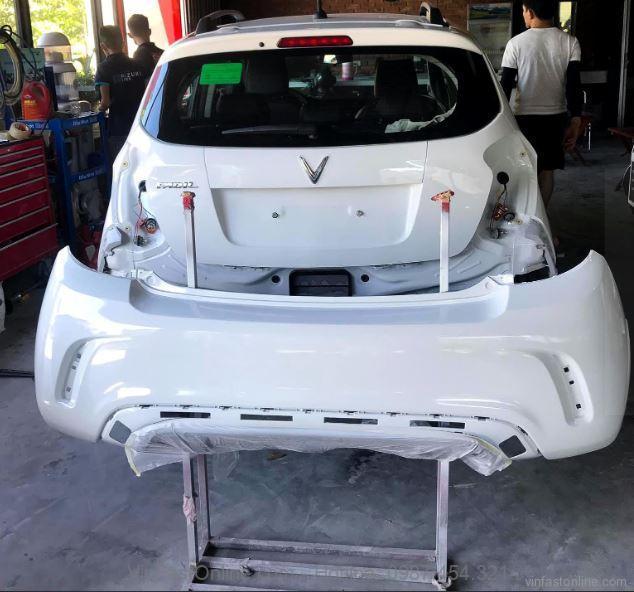 Phần cản được sơn lại màu trắng, đồng màu với thân xe Fadil